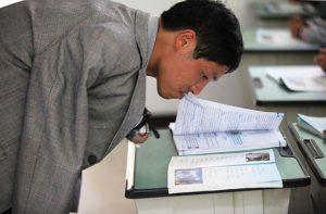 Он переворачивает страницы губами. Источник: shanghaiist.com