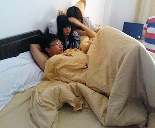 Девушки знаю о существовании друг друга и ничего не имеют против того, чтобы снимать комнаты втроем или даже вчетвером с молодым человеком:. Источник https://i.dailymail.co.uk/