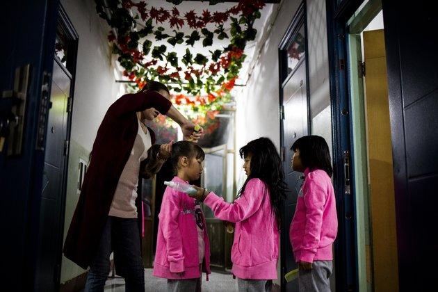 Госпожа Лю смотрит за детьми в Green Harbor Red Ribbon School.У нее тоже ВИЧ и когда-то она сама была пациентом в Green Harbor. Она сделала свой выбор, и теперь работает в интернате, а не живет со своим мужем и дочкой. Источник: www.huffingtonpost.com