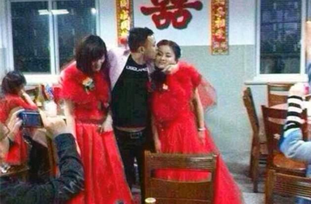 Китайский парень целует одну девушку и одновременно держит за руку другую. Источник https://i.dailymail.co.uk/