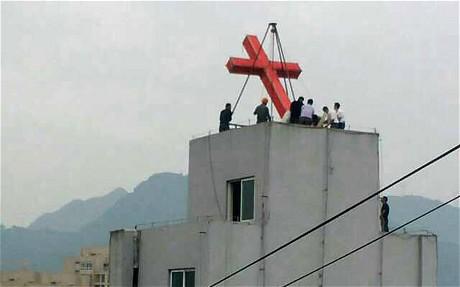 Коммунистические чиновники Китая снимают кресты с католических церквей в Чжецзяне. Источник www.demanjo.com