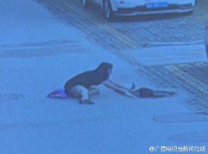 Скриншот видео уличной камеры наблюдения. Источник: shanghaiist.com