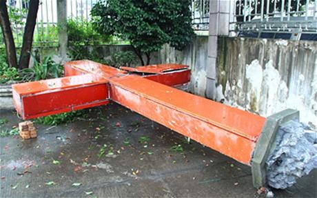 Сбитый с китайской церкви крест. Источник Больше крестов. Источник christianpost.com