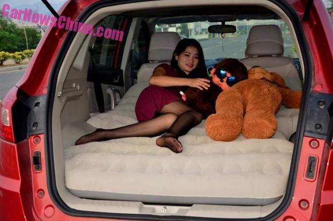 Бедняжка, ей приходится спать с медведем! Источник: carnewschina.com