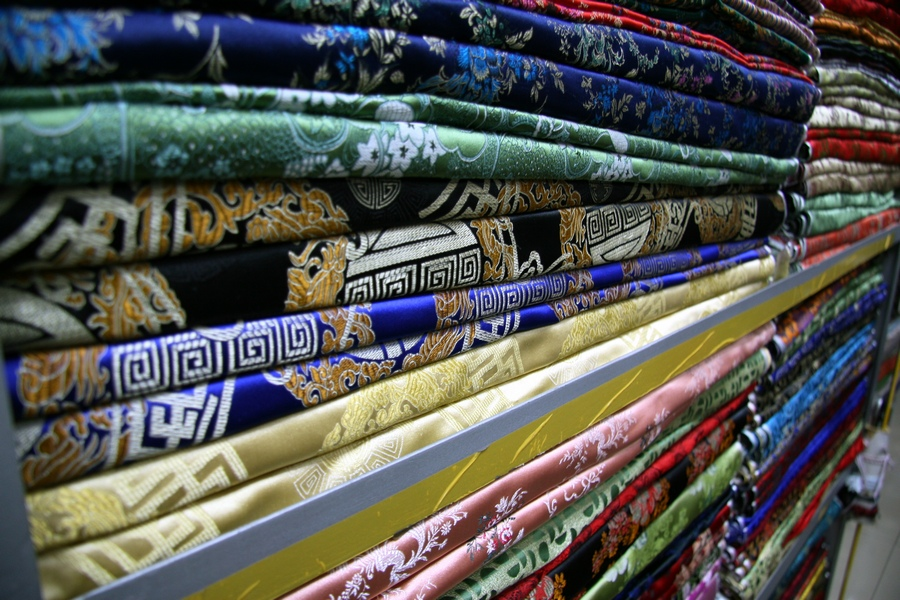 На рынке South Bund Fabric Market можно выбрать ткань любого цвета