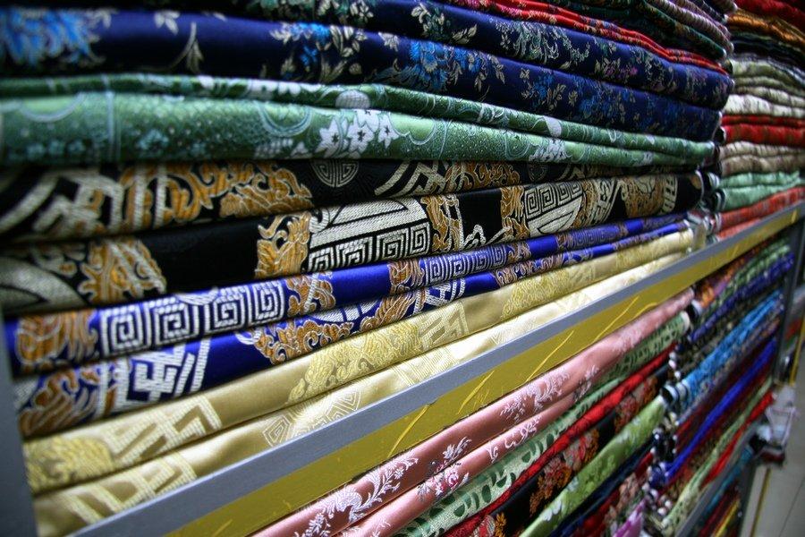 На рынке South Bund Fabric Market можно выбрать ткань любого цвета