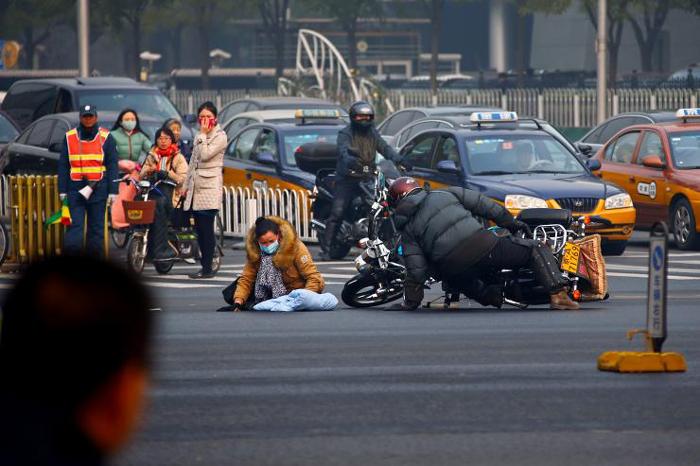 В одной из китайских провинций мотоциклист задавил ребенка и попітался скріться с места происшествия. Источник www.storypick.com