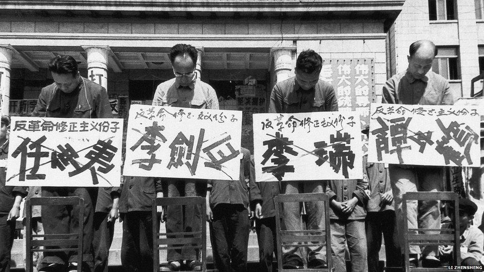 """В результате """"Культурной революции"""" были репрессированы миллионы китайцев, в том числе, учителя, журналисты, а также разгромлены памятники культуры. Источник chinese-cultural-revolution.weebly.com"""