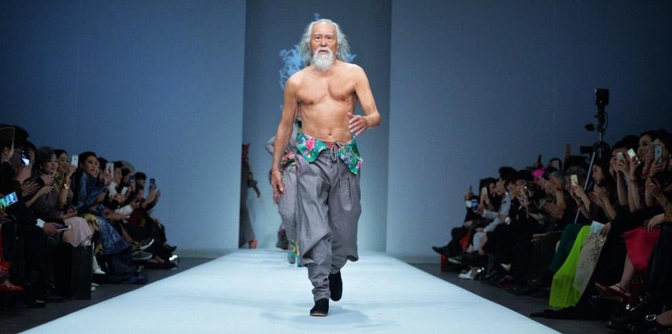 Вань Дэшунь топлесс. Старик дает жару на подиуме! Источник: www.chinalati.com