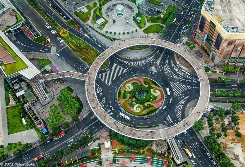 Жизнь в китайских мегаполисах кипит и, кажется, не остынет никогда! Источник amazingmeridian.ru