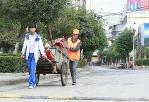 Она пожертвовала отдыхом ради матери, которая трудится без выходных. Источник: shanghaiist.com