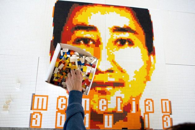 Помощник Ай Вэйвэя выкладывает из конструктора Lego портрет для выставке в тюрьме Алькатрас в 2014 году. Источник: selectism.com