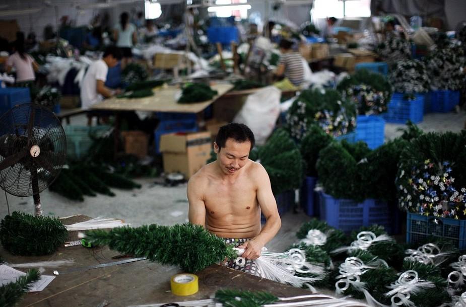 Китаец укладывает елочку голыми руками! Источник фото: dailymail.co.uk