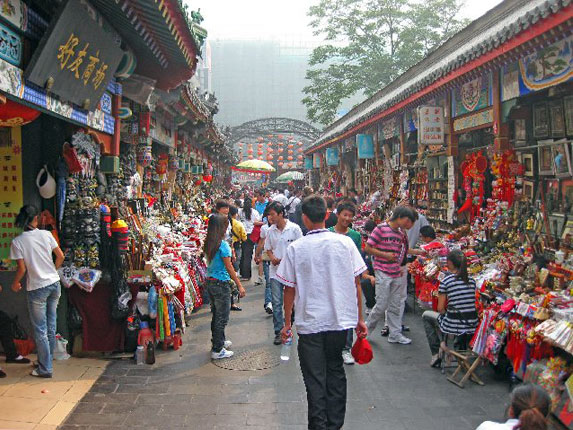 Китайские базары - что-то вроде старого захламленного шкафа, в котором куча всего ненужного! Фото vodoley2000.com