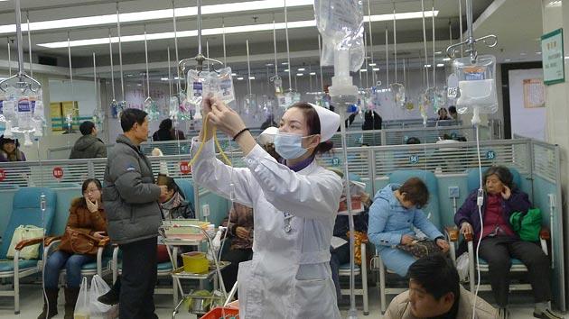 Китайские больницы переполнены и сидеть в очереди больным приходится очень долго. Источник фото images.bwbx.io