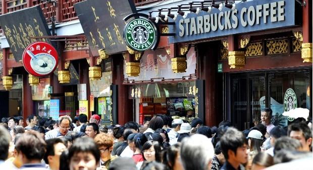 Людные улицы Китая и Starbucks, ожидающий гостей. Фото duej.co.uk