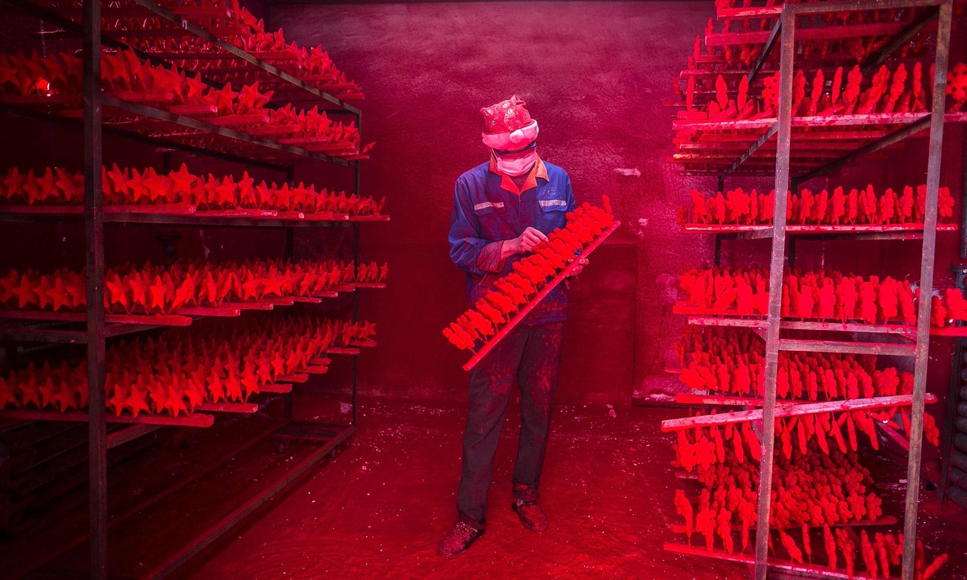 Работникам заводов Иу приходится изготавливать по 5000 снежинок ежедневно! Источник фото: theguardian.com