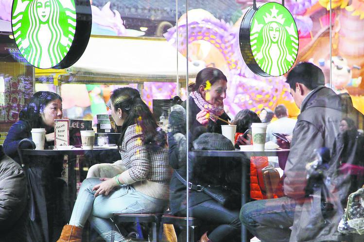 Счастливые кофеголики Китая. Оказалось, ничто не вечно, и китайцы чай на кофе променяли без труда! Фото wsj.com