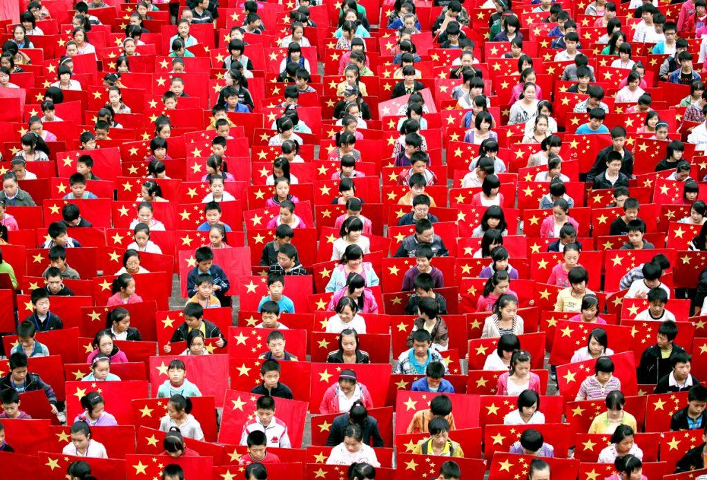 С детства китайцы растут в культуре победившего коллективизма. Это оставляет свой отпечаток на привычках выражения эмоций. Источник: sites.utexas.edu