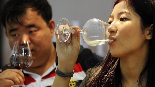 Только в 2013 году китайцы выпили 230 миллионов ящиков вина! Фото finance.bigmir.net