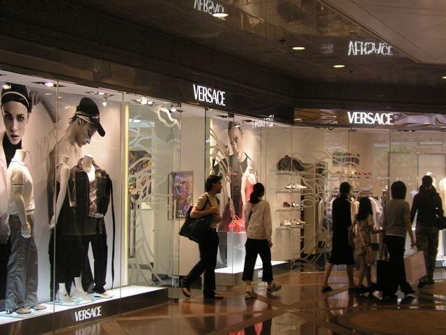 Китайским магазинам мировых брендов пришлось снижать цены, чтобы не остаться без клиентов
