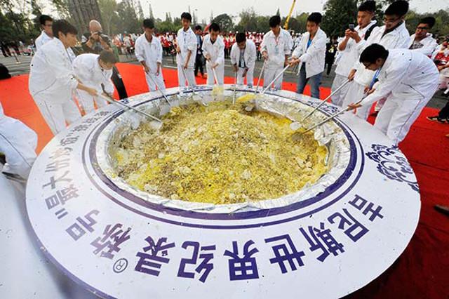 Никогда не думал, что китайцы могут так поступить с рисом. Сварить, а потом скормить животным! Фото: shanghaiist.com