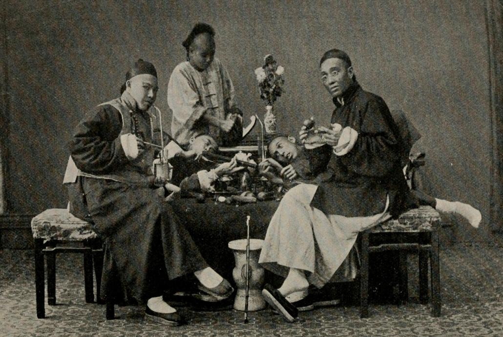 Мужчины, курящие опиум и табак, 1896 год. Источник: Charles J. H. Halcombe
