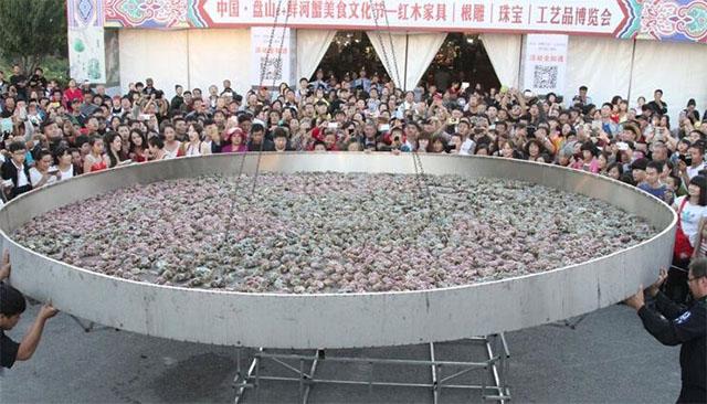 Организаторы думали о рекорде, а ликующая толпа о своих пустых желудках. Фото: shanghaiist.com