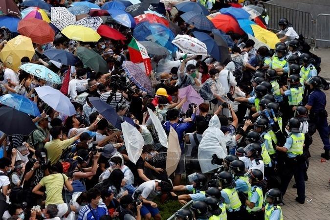 Гонконгцы использовали зонтики для защиты от слезоточивого газа