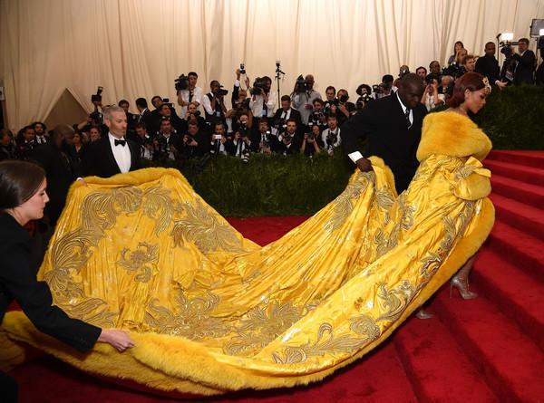 Рианна в платье китайского дизайнера