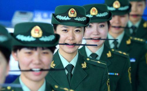 Сотрудницы китайской таможни обычно не такие улыбчивые. С правилами здесь все строго. Фото: censor.net.ua