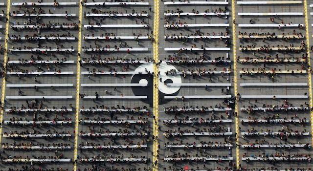 Все эти люди любят и лепят пельмени. Фото: shanghaiist.com