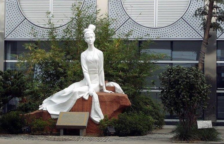 Скульптура, изображающая Си Ши. Фото: panoramio.com