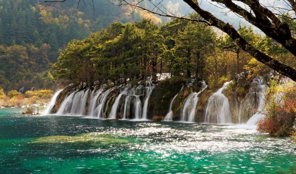 Водопады в заповеднике Цзючжайгоу. Фото: В. Тычков / travelhaker.ru