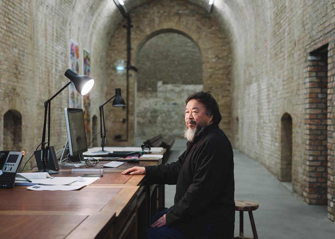 Ай Вэй Вэй за работой в мастерской. Фото: artsy.net