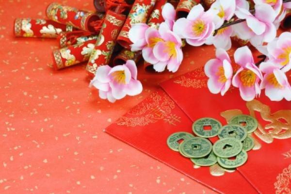 В первый день Праздника весны у китайцев принято дарить деньги на удачу