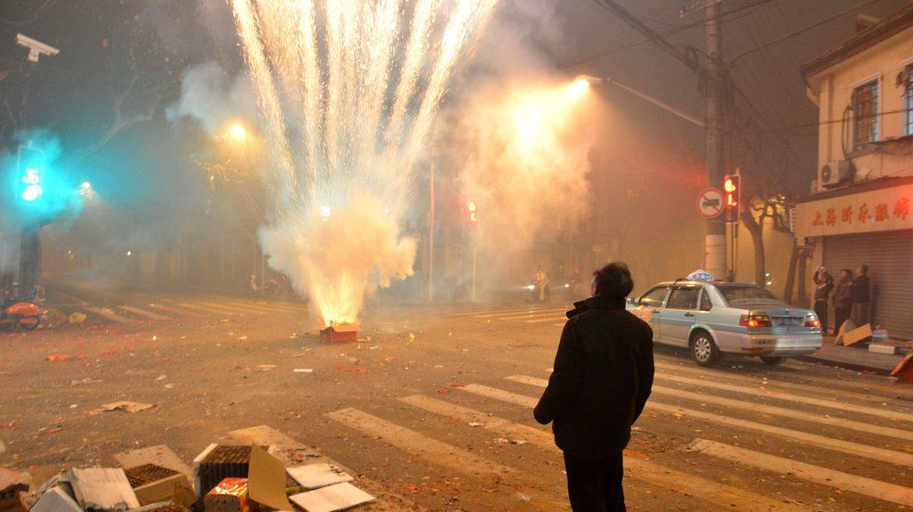 Запуск новогодних фейерверков — древняя китайская традиция