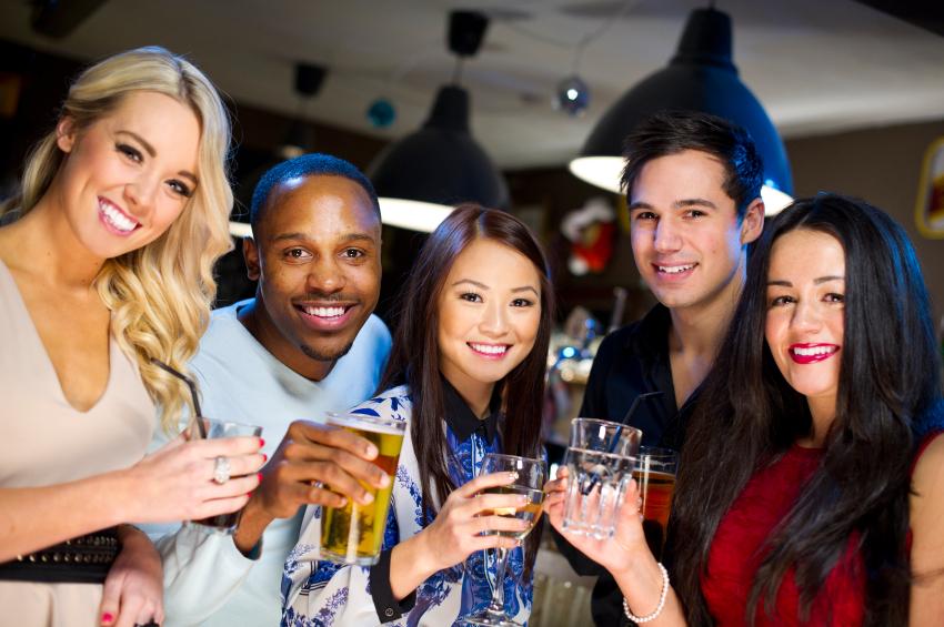 Китайцам нравится ходить в бары с иностранцами, потому что те охотнее знакомятся с другими посетителями