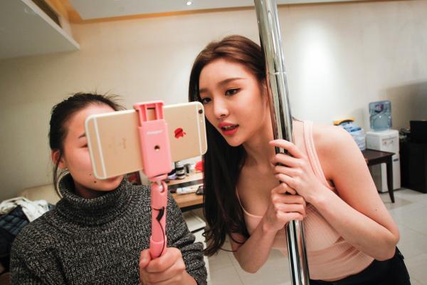 Часто секс-подкасты пишутся на айфоны. Динь Яо на фото справа. Фото: echinacities.com