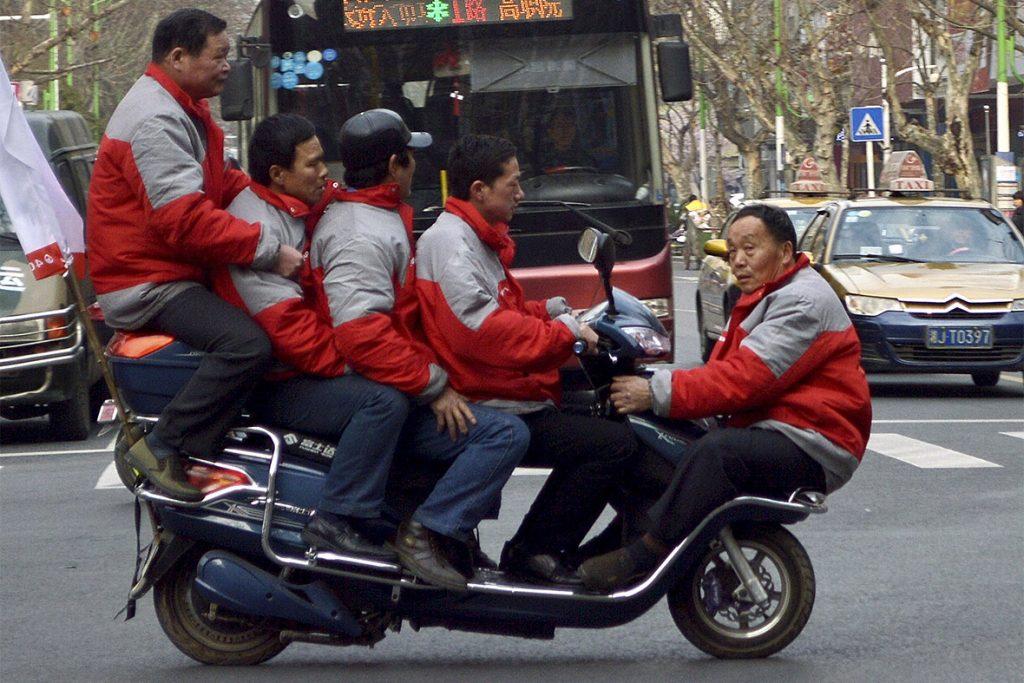 Запрещенный номер на мопеде в исполнении китайцев