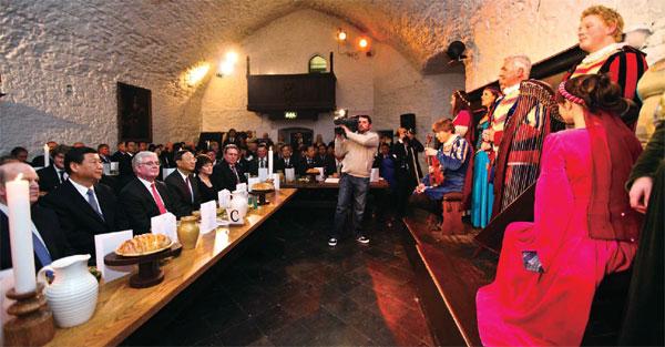 Ирландцы приветствуют председателя КНР Си Цзиньпина на своей земле