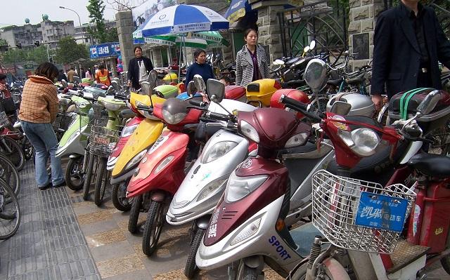 В крупных городах КНР есть масса точек по продаже скутеров