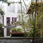 Во внутреннем дворике хостела есть небольшой сад с прудом