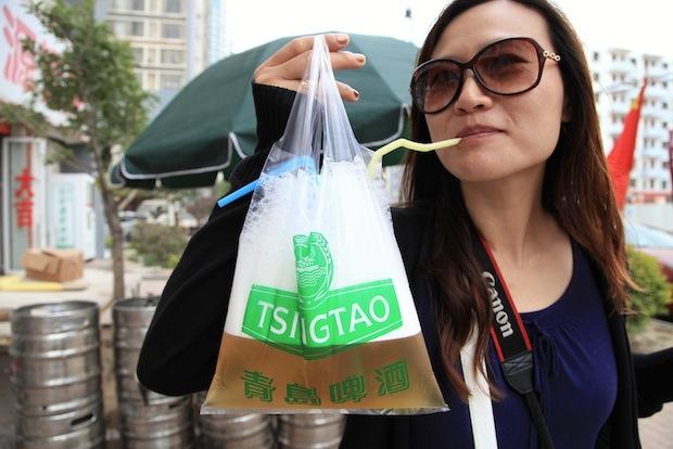 Пиво в Циньдао льется рекой! Точнее, пакетами :) Фото: https://photos.jordanpouille.com/