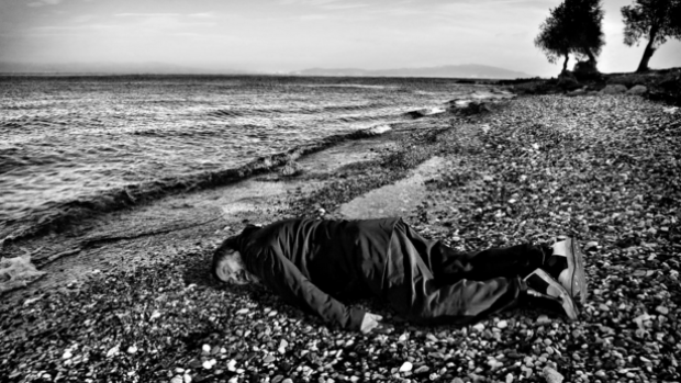 Вэй Вэй в образе утонувшего сирийского ребенка. Фото: artsy.net