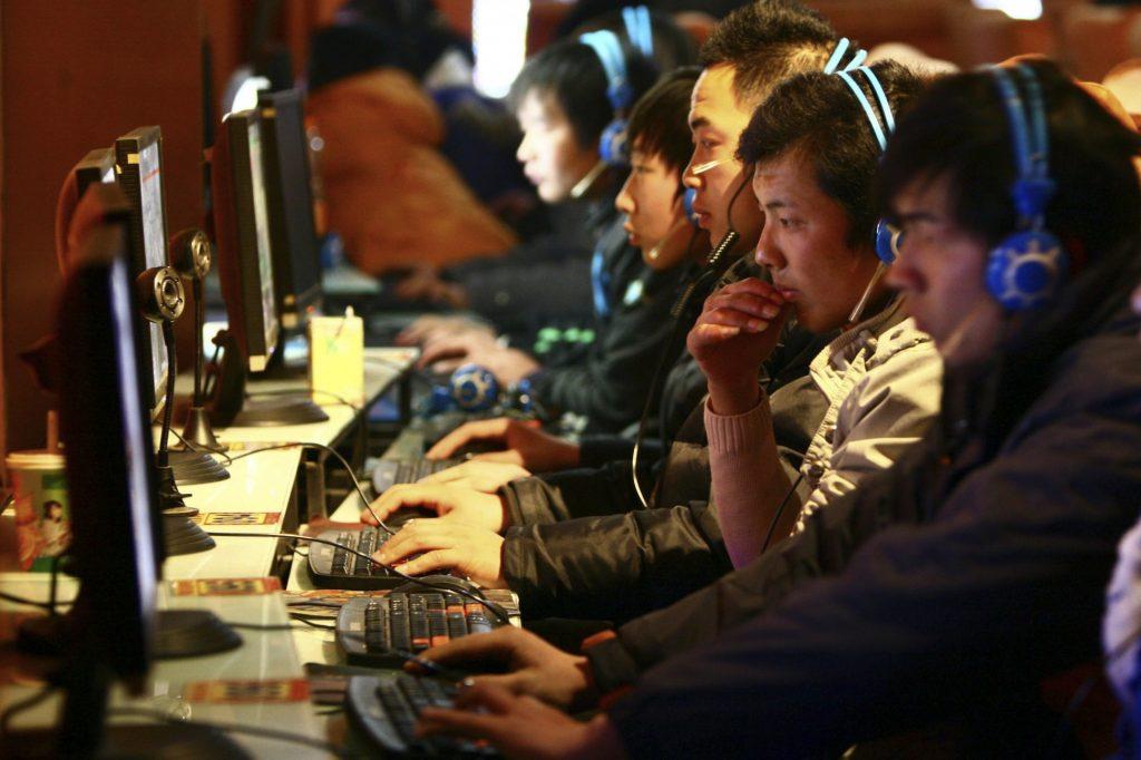 Пользователи в интернет-кафе в городе Фуян, провинция Аньхой. Фото: AP Photo