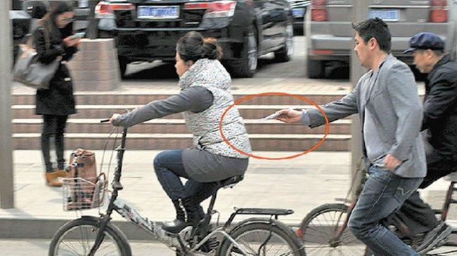 Обычный день в Китае: воришка высовывает iPhone с помощью китайских палочек. Фото: https://www.geeky-gadgets.com/
