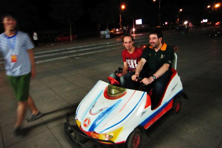 Эта фотография иллюстрирует ситуацию с интернетом в Китае: два европейца на машине не могут сдвинуться с места, в то время как их китайский друг просто идёт мимо. В красной футболке - Sborto Zhou