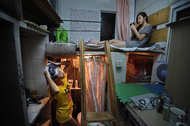 Чаще всего, кровати в китайских капсулах расположены прямо под потолком. Фото: facingchina.me