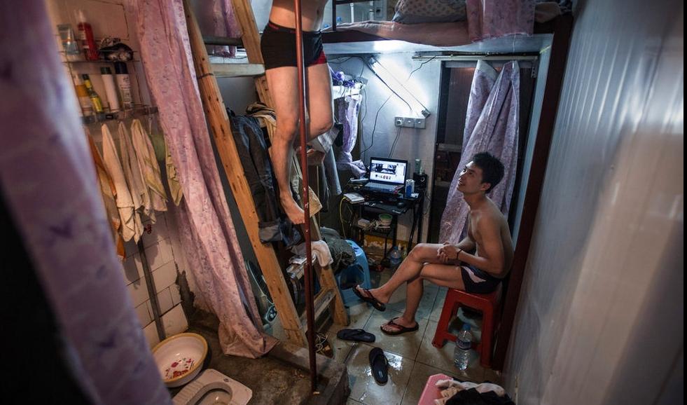 Туалет и душ в китайских капсульных квартирах - за шторкой! Фото: facingchina.me